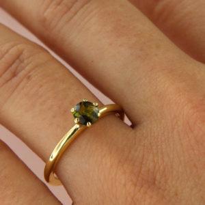 Goldring mit grünem Turmalin in Krappenfassung