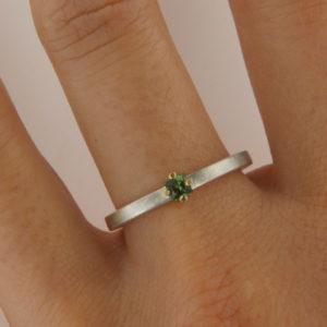 Silberring mit grünem Turmalin in Krappenfassung