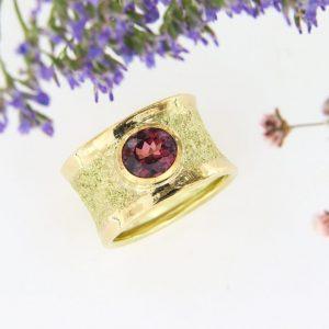 Rheingoldring mit rosafarbenem Turmalin
