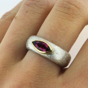 Silberring mit rosafarbenem Turmalin in Goldfassung